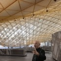 Mario Bellini visitando o Departamento de Arte Islâmica, Louvre © cortesia arquiteto Mario Bellini (s)