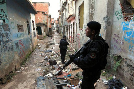 Autoridades do Rio de Janeiro dão nome às ruas de favelas ocupadas por autoridades de segurança, Policiais na favela Manguinhos do Rio de Janeiro - © Marcelo Sayão