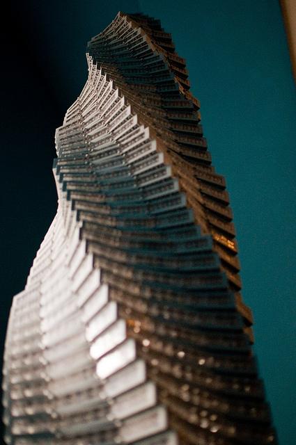 LEGO completa 80 anos e continua  arquitetonicamente incrível, Exposição Towering Ambition no National Building Museum pelo arquiteto Adam Reed Tucker. Towering Spiral via Flickr Usuário © 2010 Brian Mosley