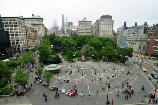 Dez dicas para melhorar os espaços públicos das cidades, Union Square em Nova York, EE.UU. Via Wikimedia