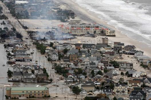 O plano de 5 pontos da Architecture for Humanity para a reconstrução pós o furacão Sandy, Passagem do furacão Sandy na costa de Nova Jersey em 30 de Outubro de 2012. © Governor's Office / Tim Larsen