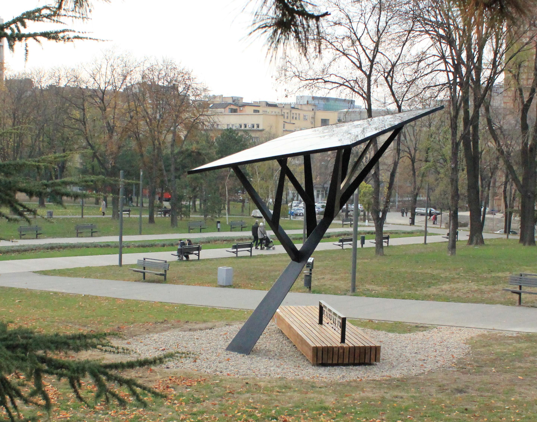 'Black Tree' Carregador Solar Público / Miloš Milivojevic, © Miloš Milivojević