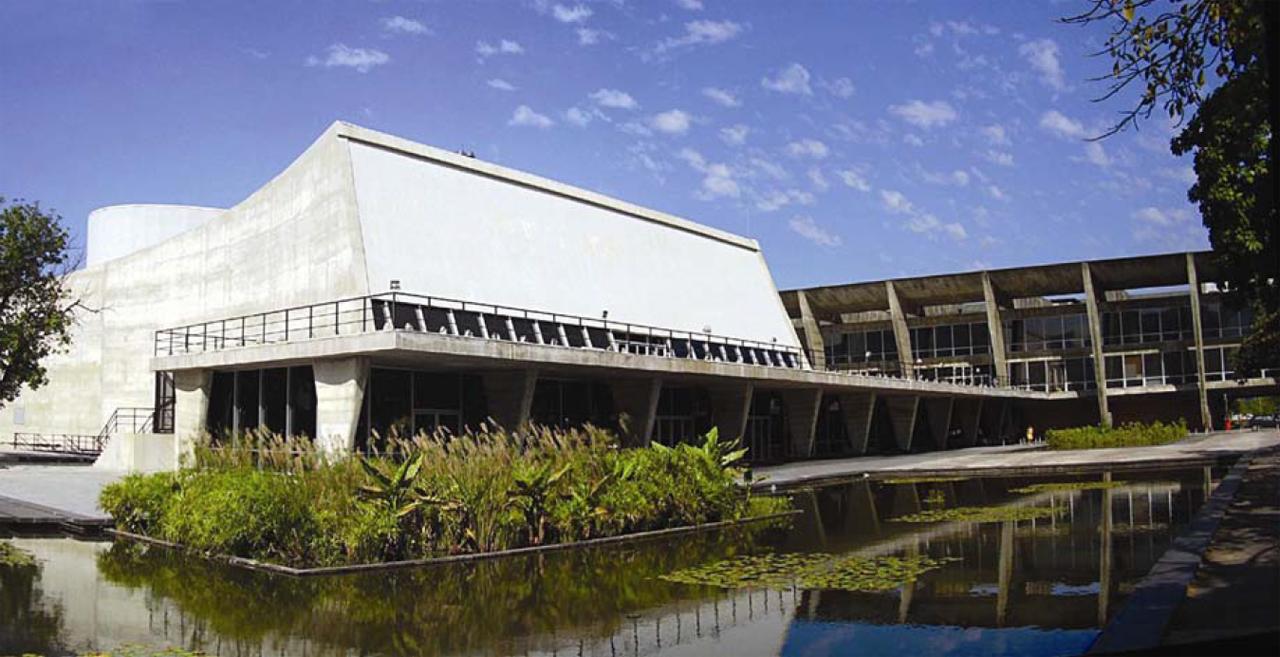 O resgate da unidade perdida: o Teatro do Museu de Arte Moderna de Affonso Eduardo Reidy / Roberto Segre, Figura 1. Panorama do Museu com a construção do teatro. Fotografia: Thiago Leitão, 2007.