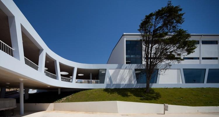 Rafael Bordalo Pinheiro Secondary School / Sousa Santos Architects, © João Morgado