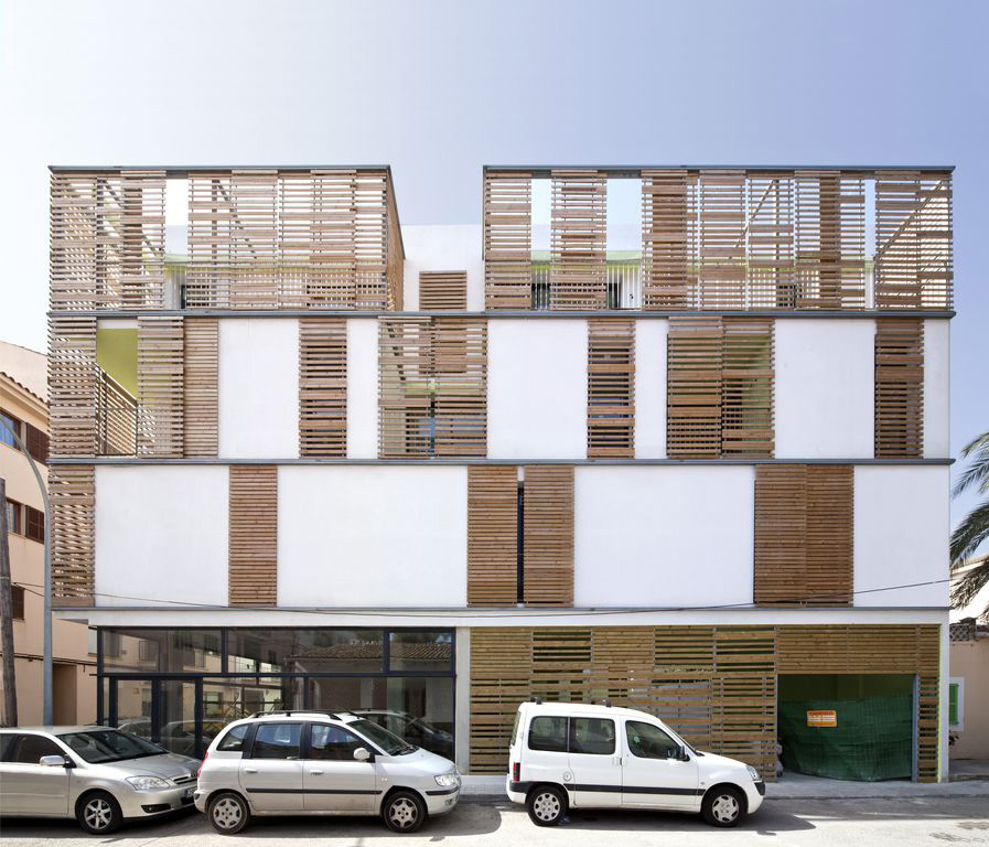 Apartment Block: Latticework Apartment Block / Juana Canet Arquitectos