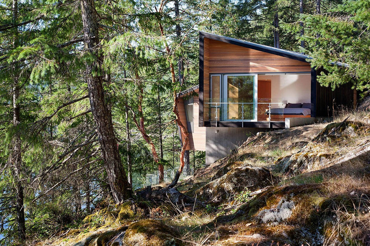 Gambier Island Retreat / BattersbyHowat Architects, © Sama Jim Canzian