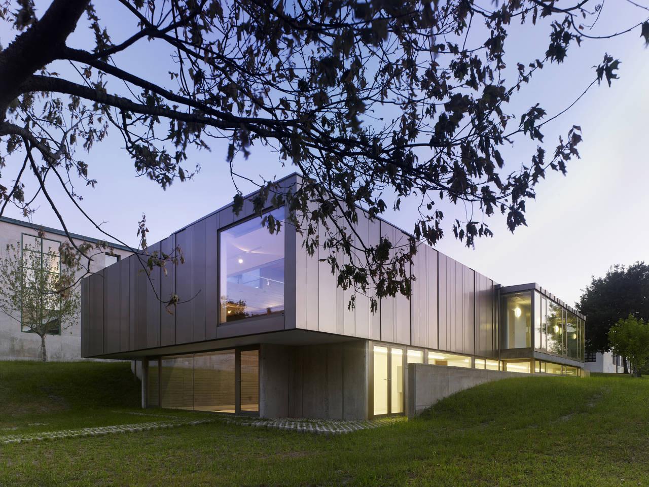 Exhibition Hall in Bertamirans / Salgado e Liñares arquitectos, © Santos-Diéz