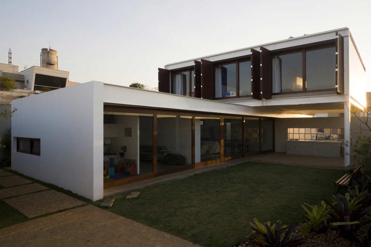 House G16 / Mira Arquitetos