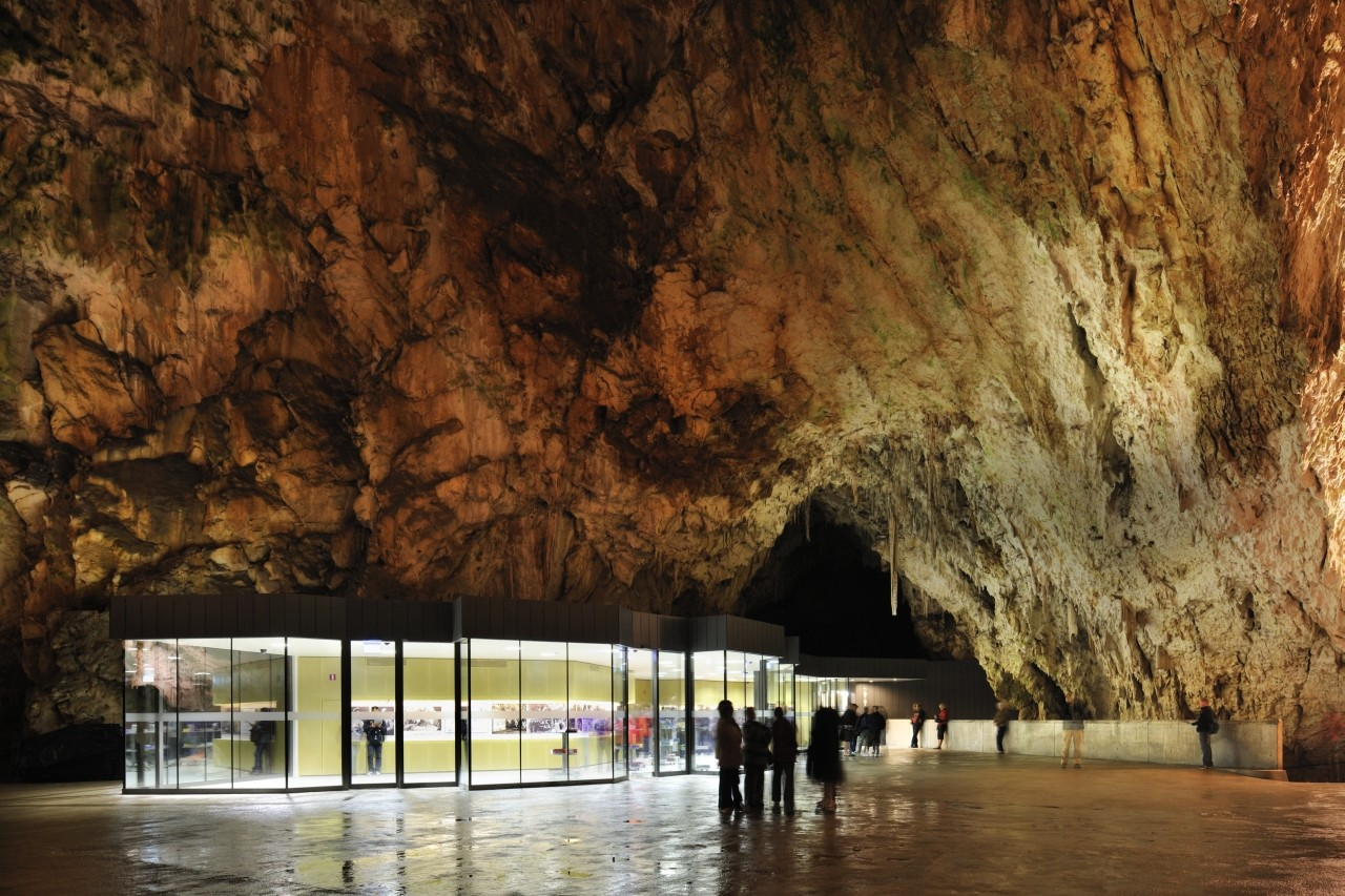 Exhibition and Retail Pavillion in the Concert Hall in the Postojna Cave / Studio Stratum, © Miran Kambič