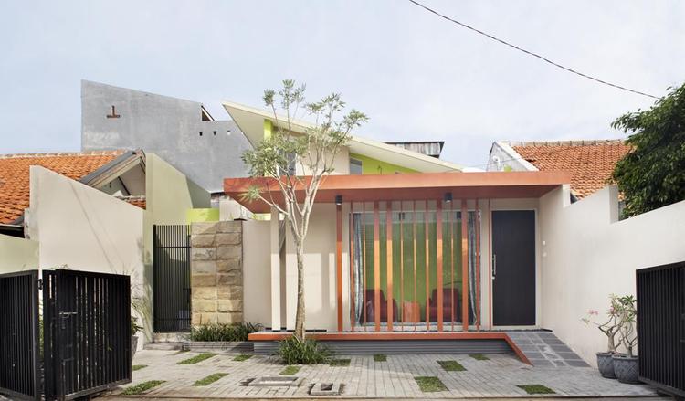 Vertical Barcode House / Gayuh Dudi Utomo, © Sonny Sandjaya