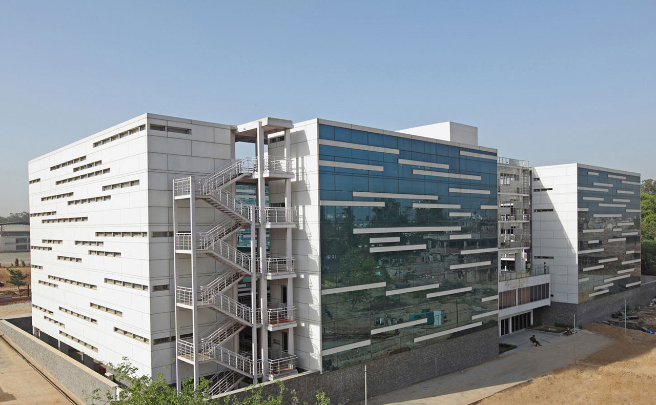 Dental college romi khosla design studios archdaily for Troncoso building modern design