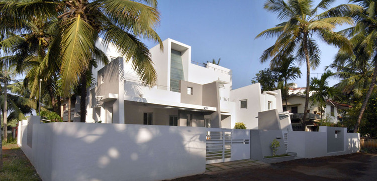 Residence at Punkunnam / LIJO RENY architects