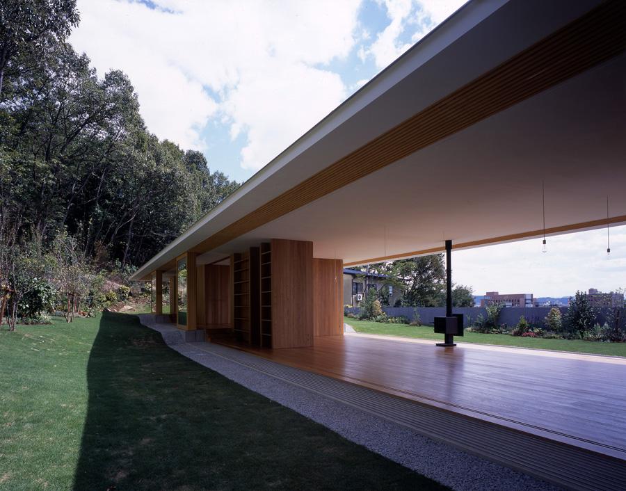 Floating Roof House / Tezuka Architects