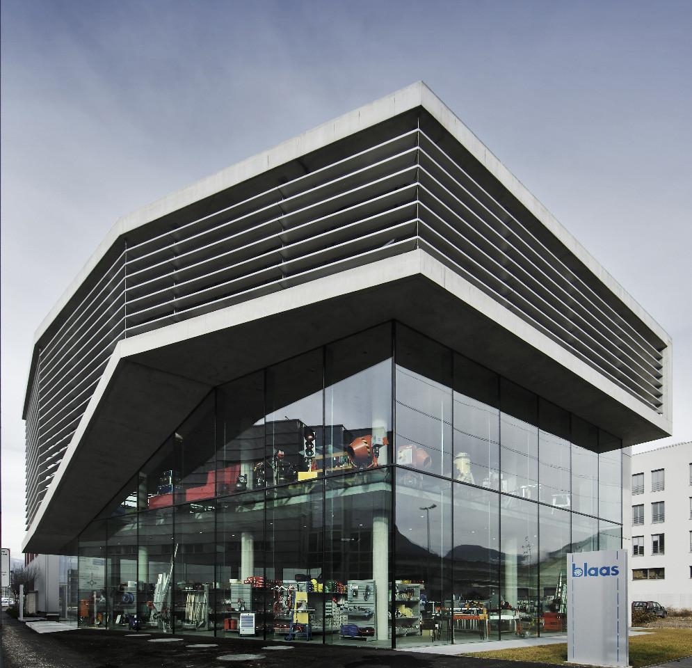 Gallery of blaas general partnership monovolume 6 for Modern showroom exterior design