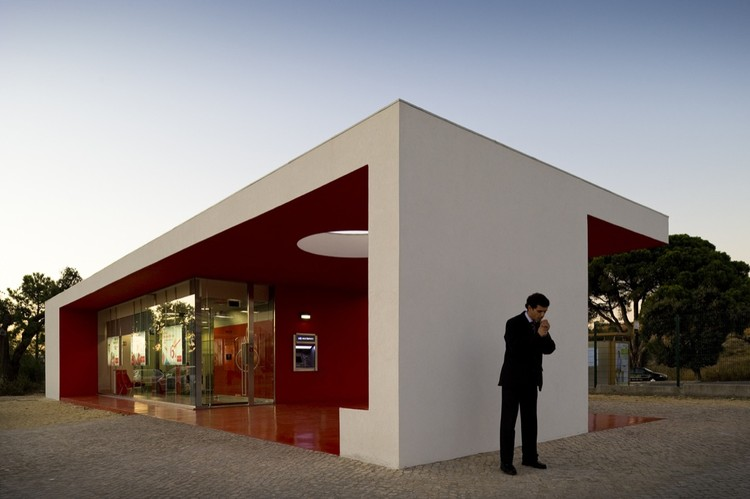 Santander-Totta University Bank Agency / LGLS Architects, © Fernando Guerra |  FG+SG