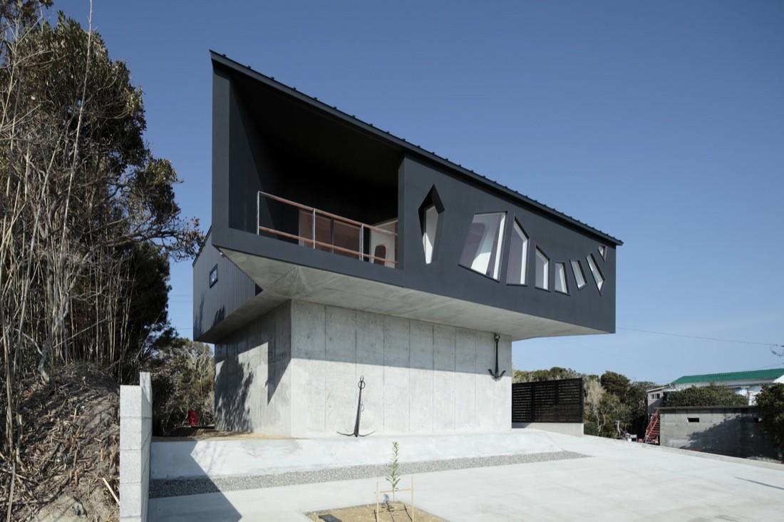 A House Awaiting Death / EASTERN Design Office, © Koichi Torimrua