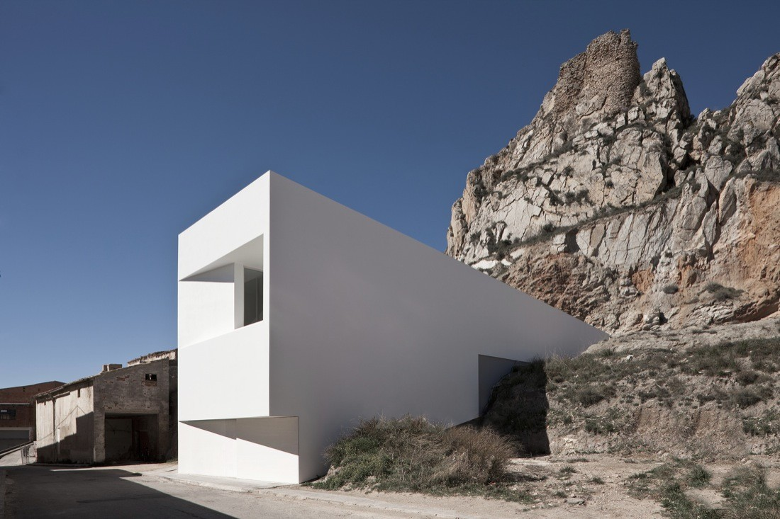 gallery of house on the castle mountainside fran silvestre arquitectos 2. Black Bedroom Furniture Sets. Home Design Ideas