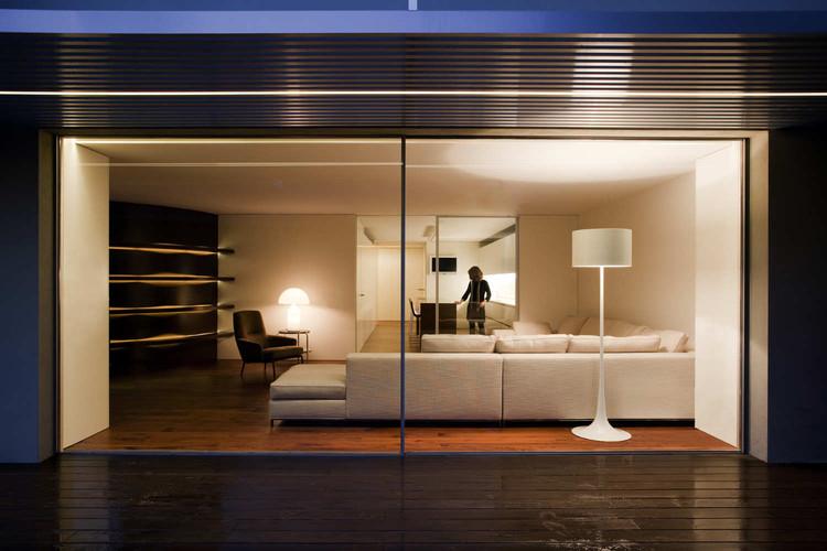House Built Into The City / Fran Silvestre Arquitectos, © Diego Opazo