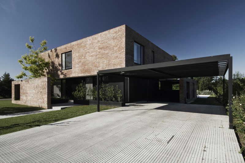 Gallery of myp house estudio babo 2 for Casa moderna ladrillo visto