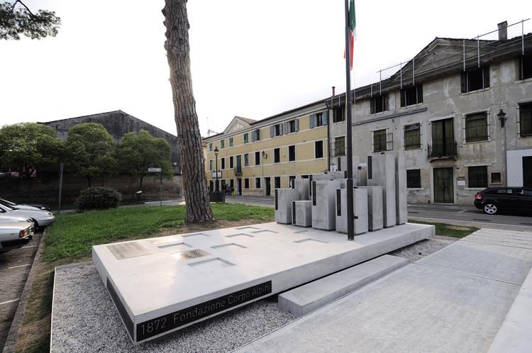 Monument of Alpini in Rossano Veneto / Devvy Comacchio, © Claudia Nalesso