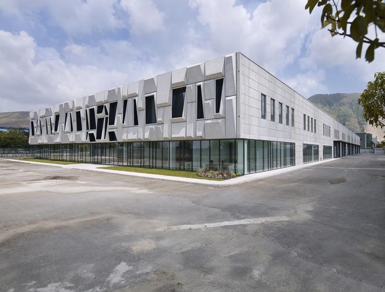 Office Building and Logistic Center / modostudio, © Julien Lanoo
