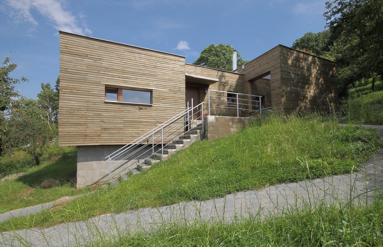 House strekov i 3 1 architekti archdaily - Casas en pendiente ...