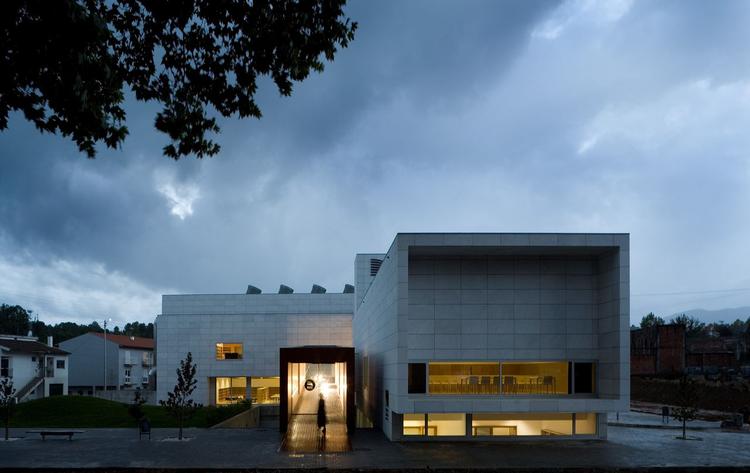 9861BBVR Dr Júlio Teixeira Municipal Library / Belém Lima Architects, © Fernando Guerra |  FG+SG