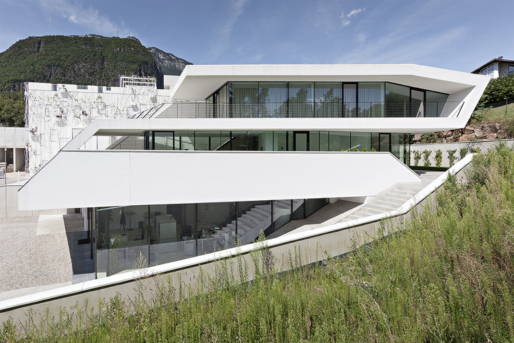 Giacomuzzi Commercial Building / monovolume architecture + design, © Simon Constantini