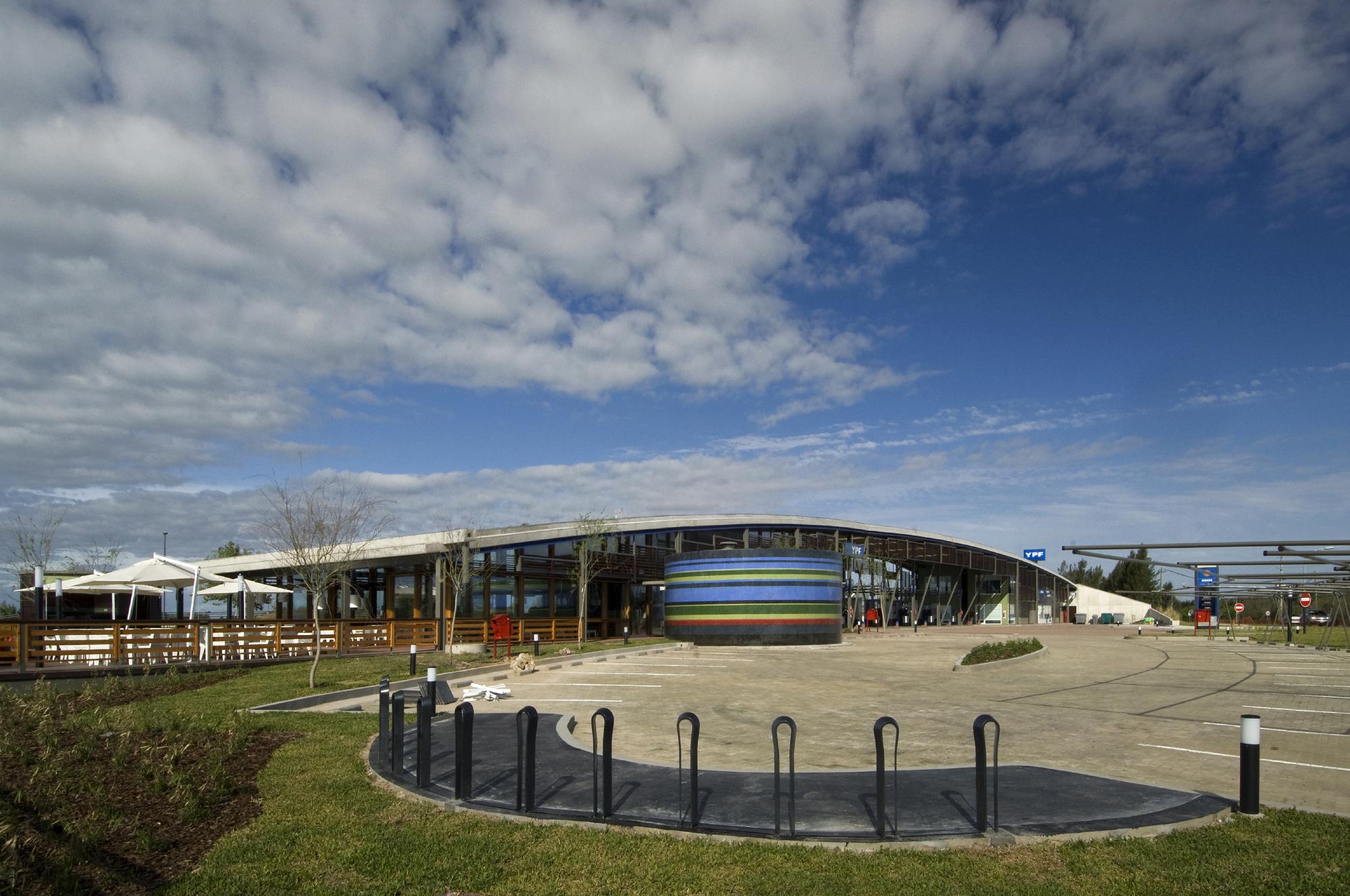 YPF Estación de servicio Tigre-Nordelta / Hampton+Rivoira+Arquitectos, © Daniela Maccaden