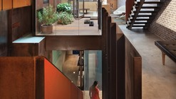 Una casa adosada invertida / Dean-Wolf Architects