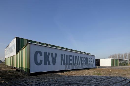 Green Sports Hall / MoederscheimMoonen Architects