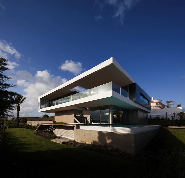 House In Lagos / Mario Martins, © Fernando Guerra |  FG+SG