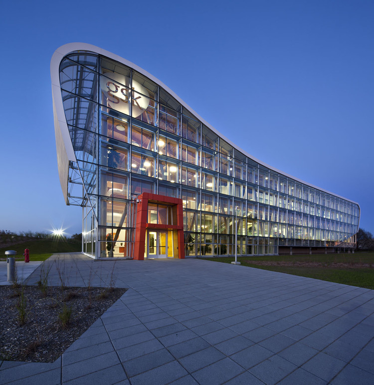 Administrative Building of GlaxoSmithKline Inc. / Coarchitecture, © Stéphane Groleau