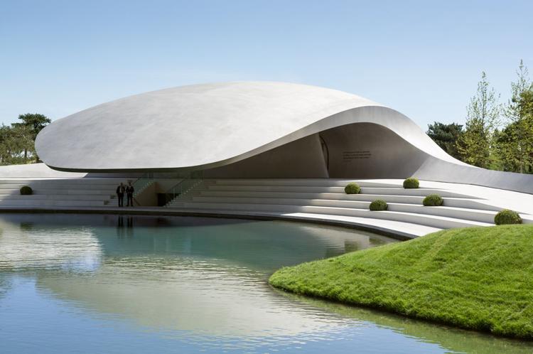 Porsche Pavilion at the Autostadt in Wolfsburg / HENN Architekten, © HG Esch