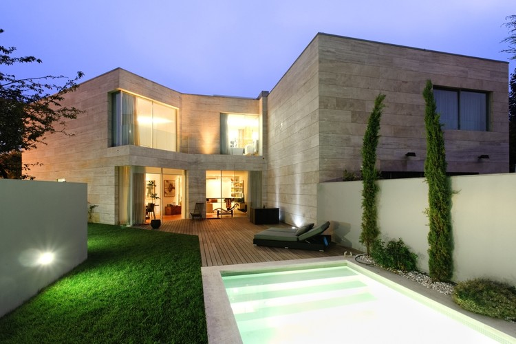 L02cr house arqx architects archdaily for Casa moderna 7x7