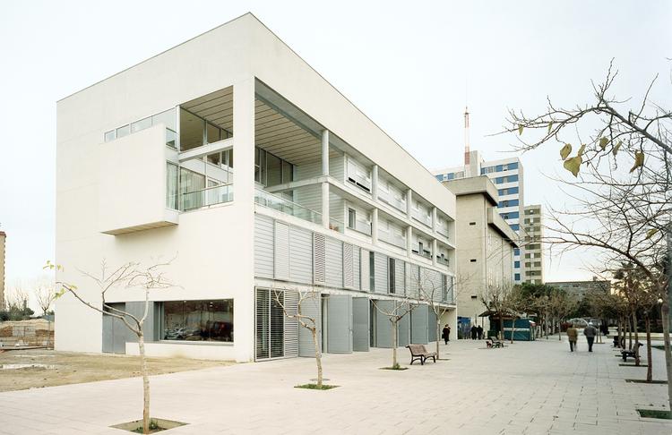 Centro Para Gente Mayor y Viviendas Tuteladas / Jordi Farrando, © Jordi Bernadó