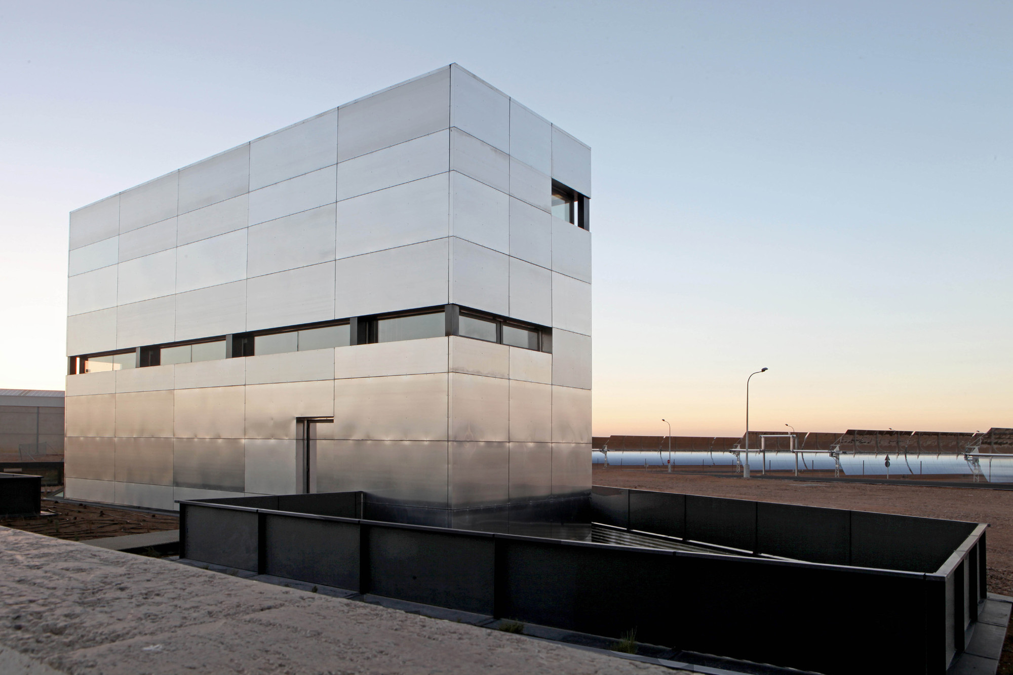 Edificio Multiusos Para Central Termosolar Astexol-2 / Sáenz De Oiza Arquitectos, © Carlos Arriaga