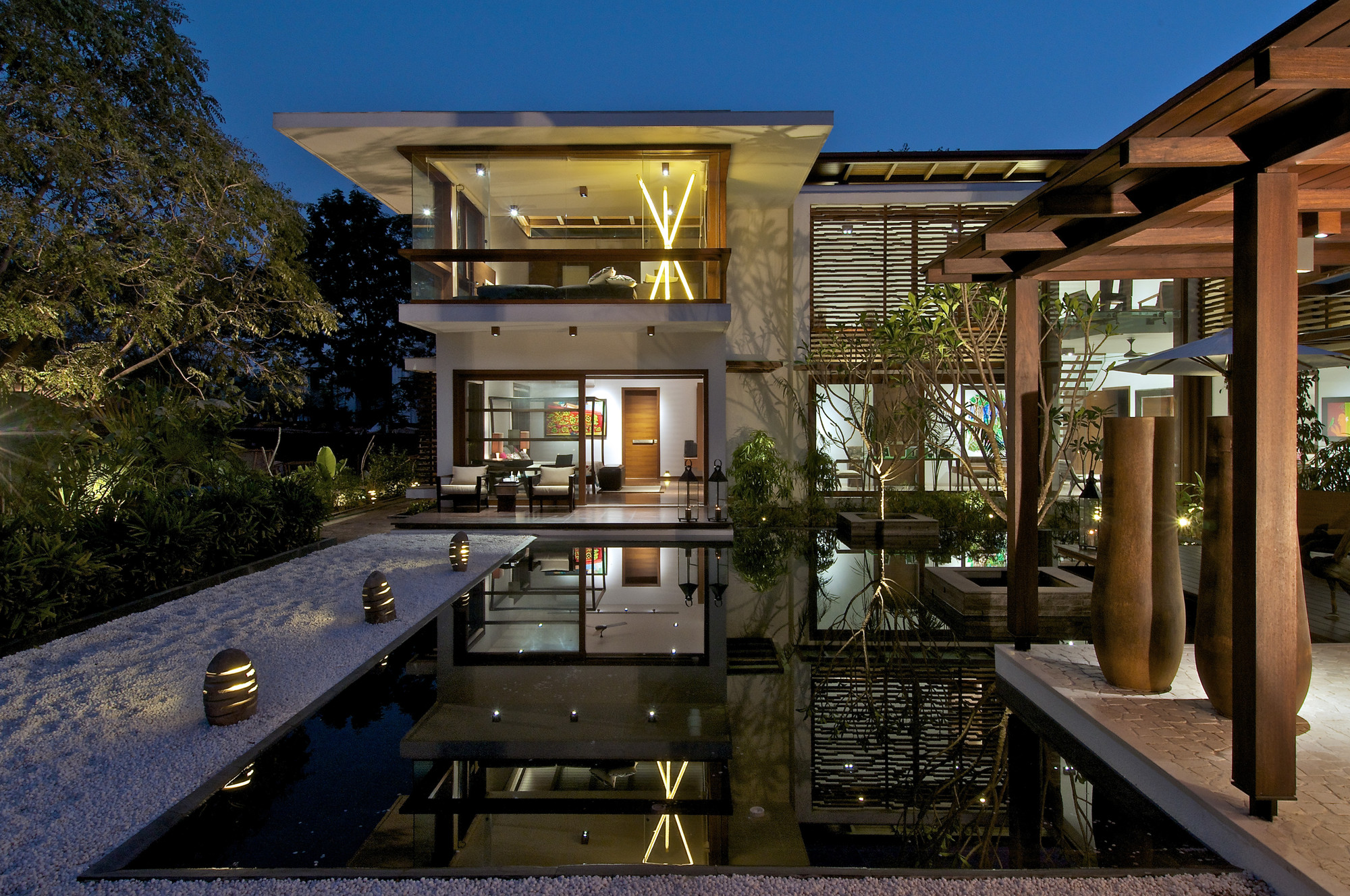 The courtyard house hiren patel architects archdaily for Homes with courtyards in the middle