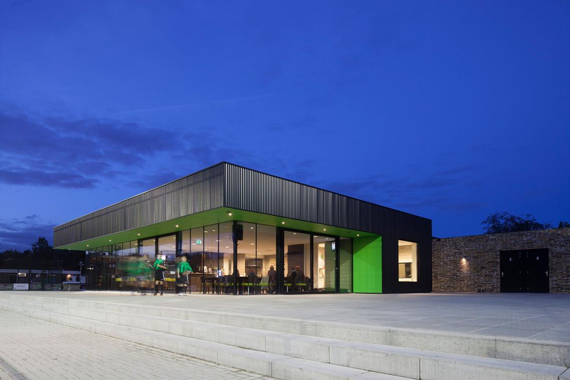 VV Capelle Soccer Clubhouse / MoederscheimMoonen Architects, © Luuk Kramer