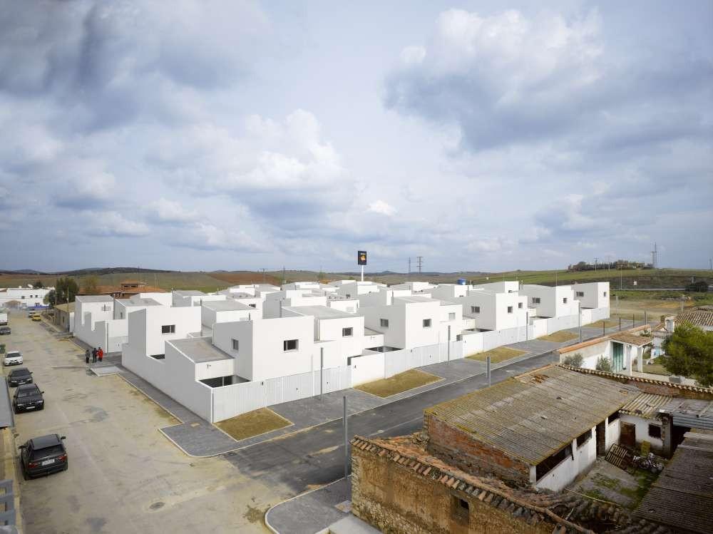 43 Public Dwelling In Almuradiel / Estudio Entresitio, © Roland Halbe