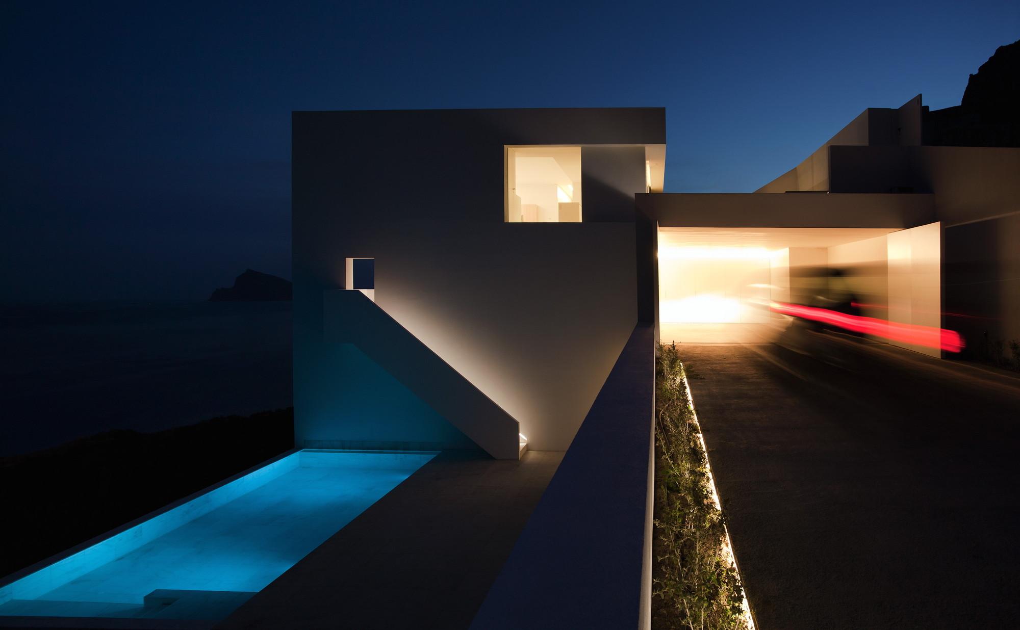 Galeria de casa em um penhasco fran silvestre for Design semplice del garage