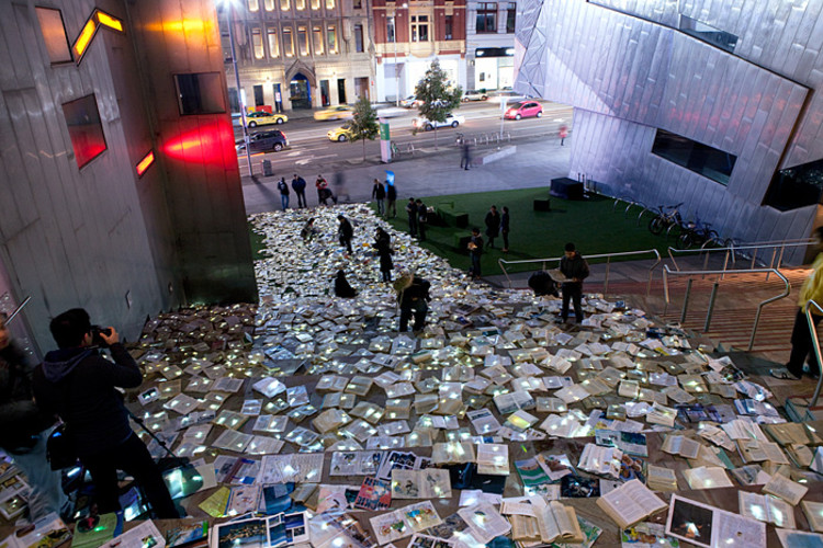 """""""Literature vs Traffic"""": Os livros tomam conta da rua, via Plataforma Urbana"""