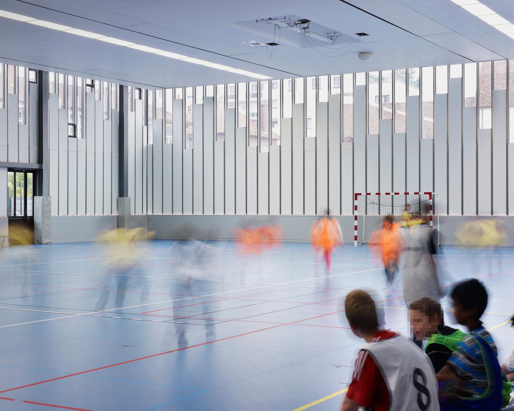 Galer a de gimnasio y explanada del ayuntamiento lan for Gimnasio 19