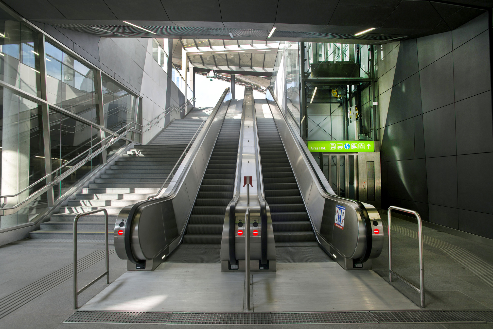Graz Main Station Local Transport Hub / Zechner & Zechner