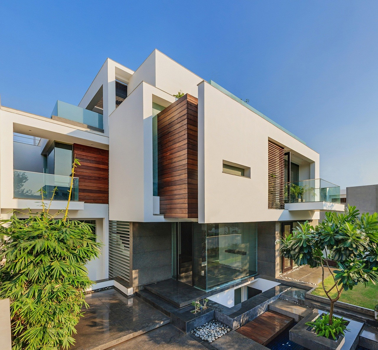 Modern Luxury House Design New Delhi Residence Pictures: The Overhang House / DADA & Partners