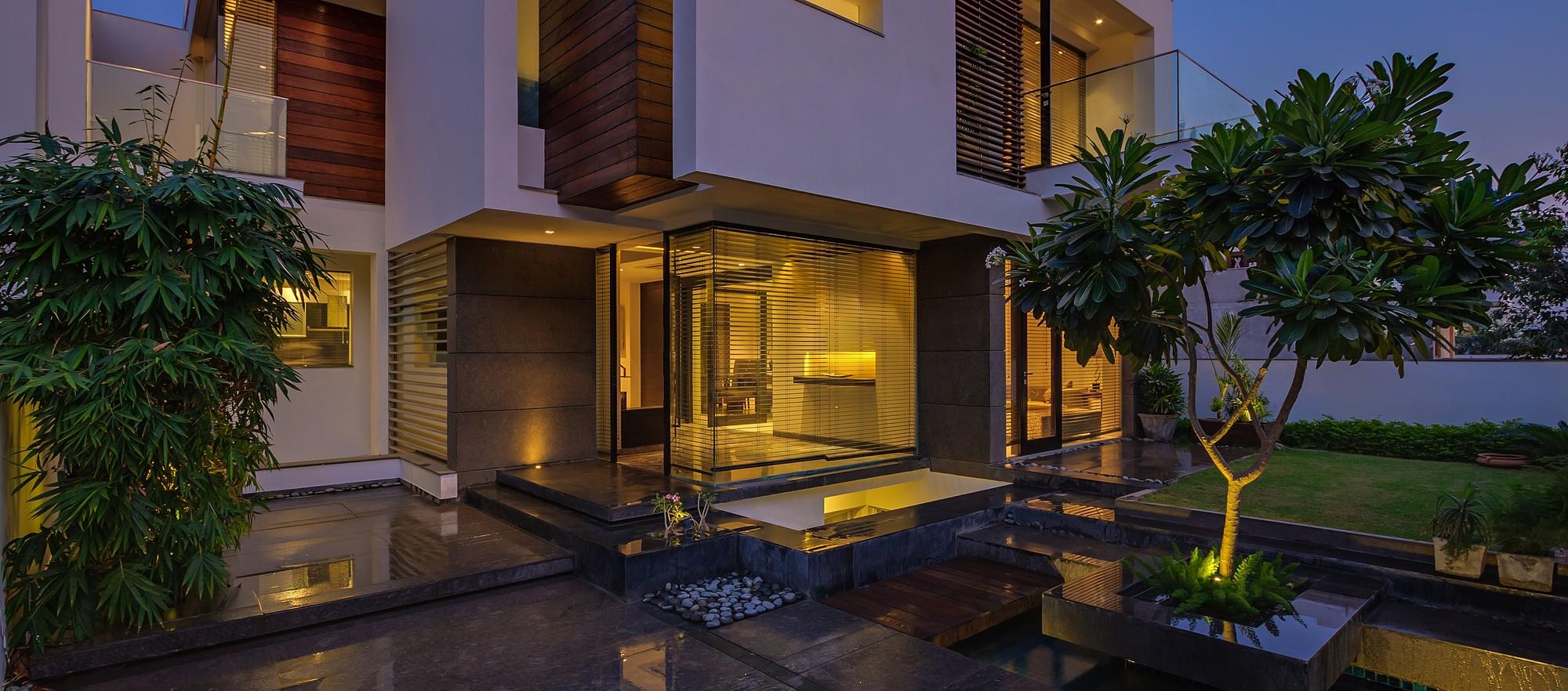 The Overhang House / DADA & Partners