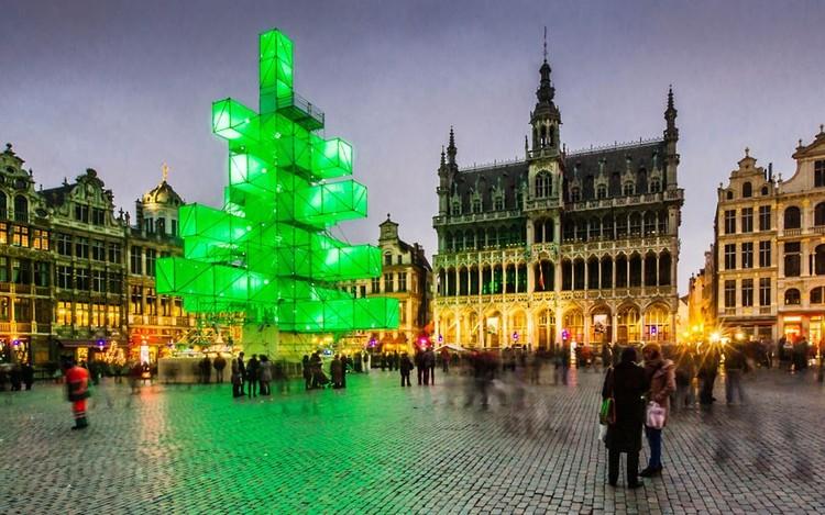 Escultura arquitectónica como una reinterpretación del clásico árbol de Navidad, © vía hungeree