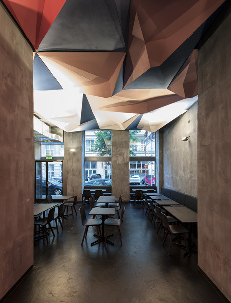 Instalación lumínica en el bar If Dogs Run Free / Tzou Lubroth Architekten