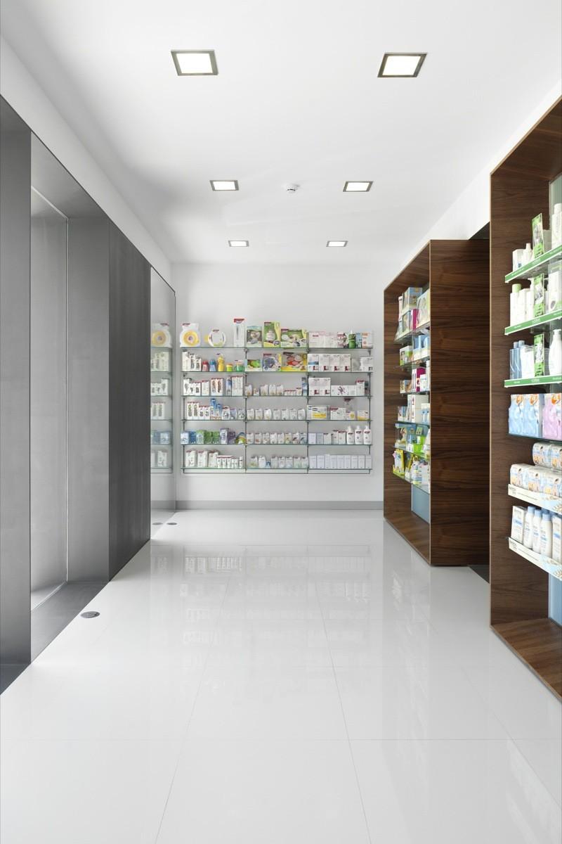 Campos Pharmacy / e 348 Arquitectura
