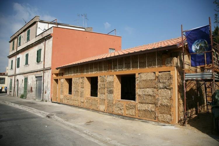 A primeira casa urbana construída com fardos de palha em Roma, Italia, © BAG Officinamobile
